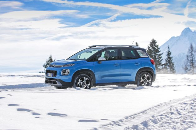 Citroen C3 Aircross laterale in movimento su strada innevata