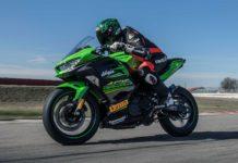 Kawasaki Ninja 400 verde camera car pista