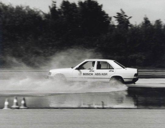Bosch testa su Mercedes nel 1988 i sistemi ABS e ASR in condizioni di bagnato