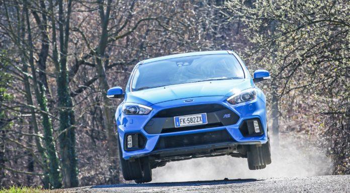 La Ford Focus RS prende letteralmente il volo staccando su un salto tutte e 4 le ruote da terra