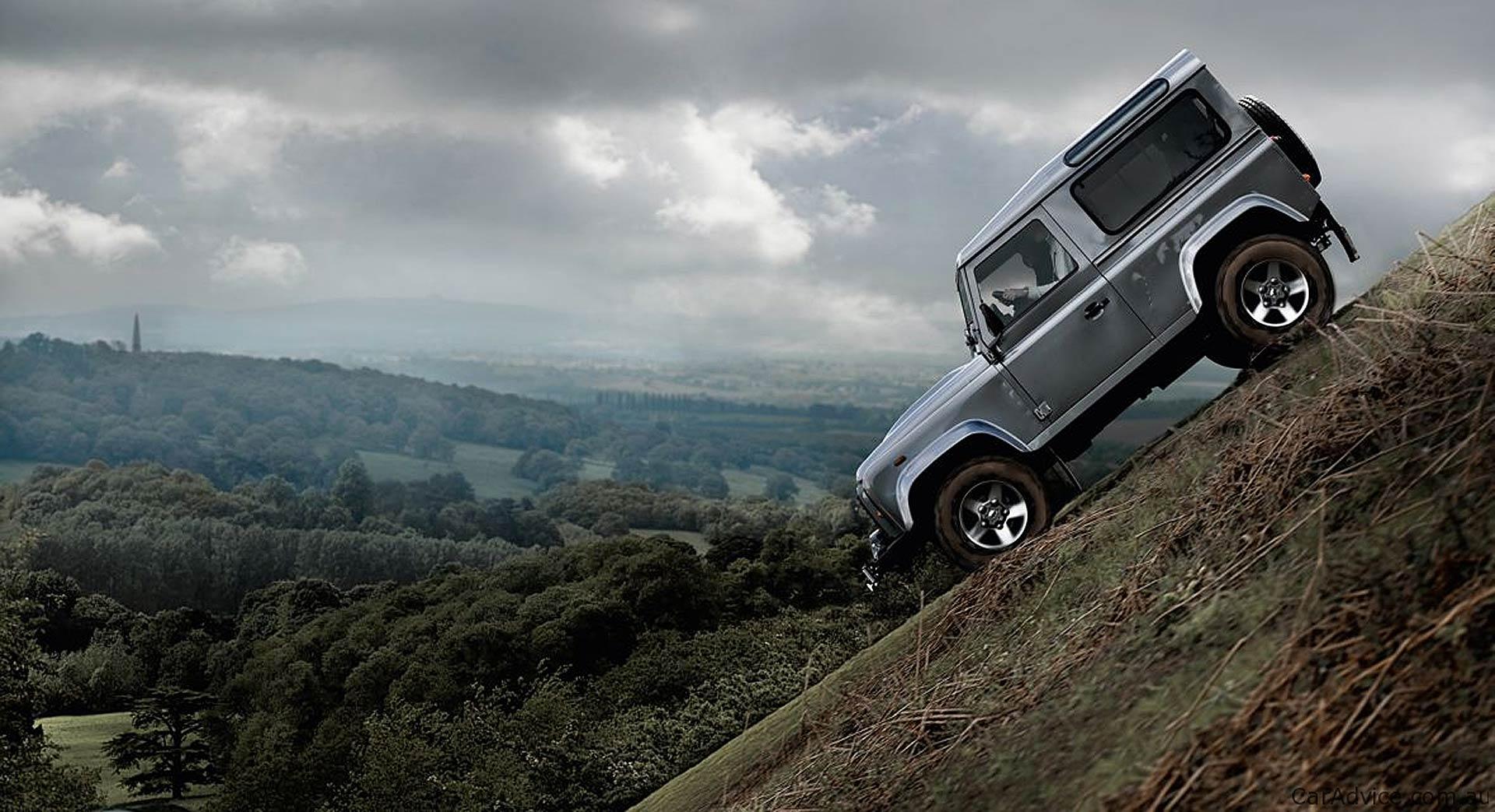 Land Rover Defender su una discesa off-road molto ripida