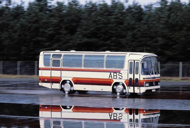 Un bus rosso e bianco sul quale viene sperimentato nel 1979 il sistema ABS
