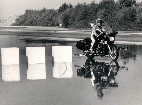 Viene testato il sistema ABS anche sulle moto