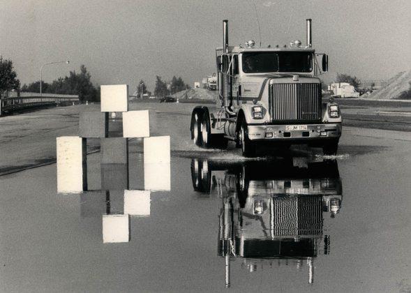 Un camion senza motrice viene messo alla prova sul bagnato per verificare l'efficacia del sistema ABS