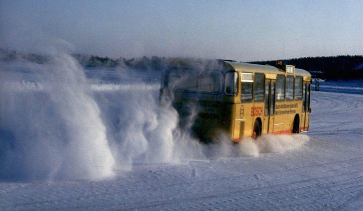 Un bus giallo viaggia sulla neve durante i test