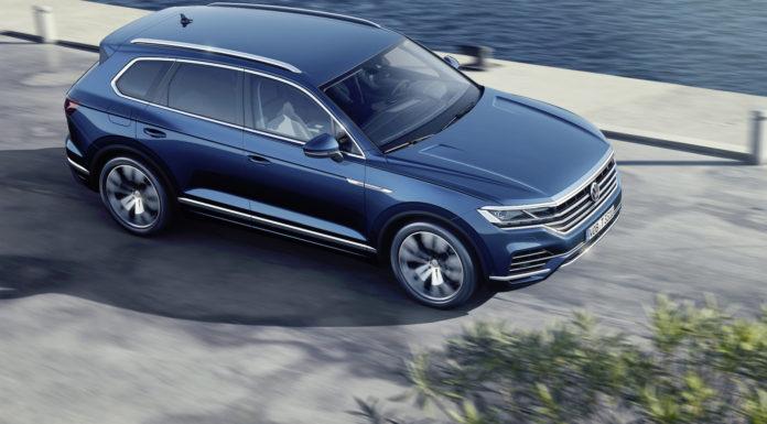 Nuova Volkswagen Touareg 3/4 laterale anteriore destra dall'alto blu in riva al mare