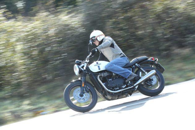 Triumph Spirit of 59 laterale in movimento in curva su strada
