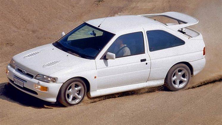 Ford Escort RS Cosworth bianca in sovrasterzo su sterrato
