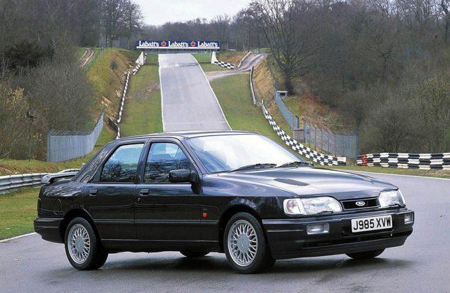 Ford Sierra RS Cosworth 4X4 nera tre quarti anteriore su circuito