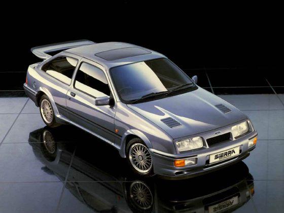 Ford Sierra RS Cosworth statica su superficie riflettente