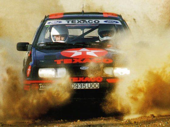 Ford Sierra RS Cosworth rally car guada in velocità e spruzza terra