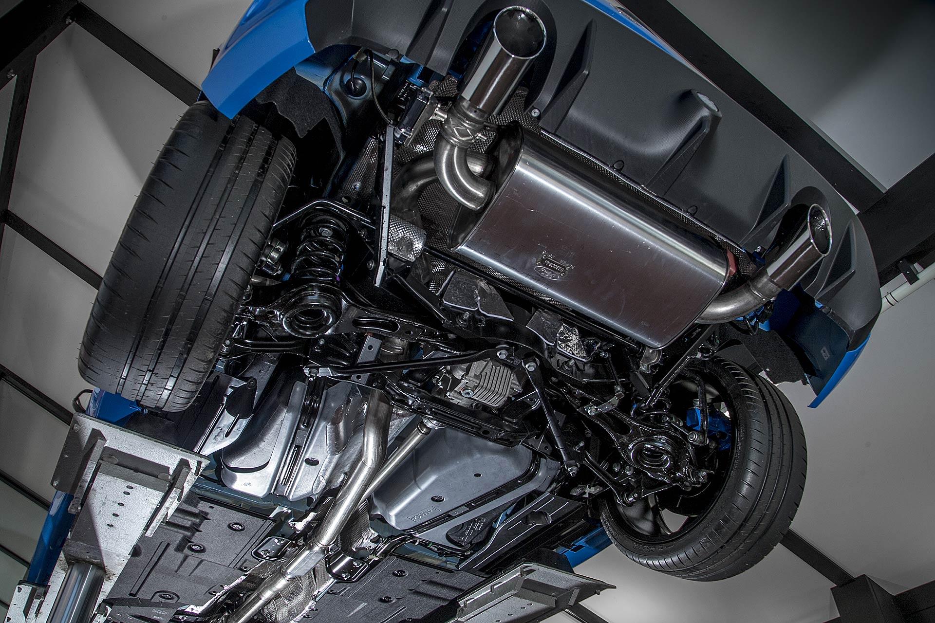 Vista sotto la scocca della Ford Focus RS 2016: in evidenza scarico e Twinster al posteriore