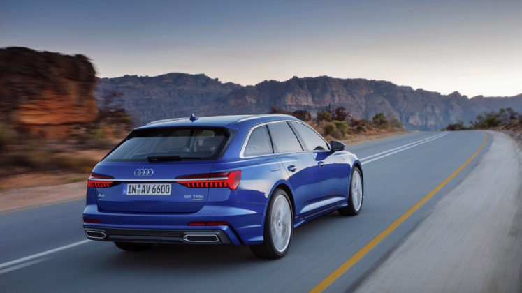 Nuova Audi A6 Avant 3/4 laterale posteriore destra in movimento su strada