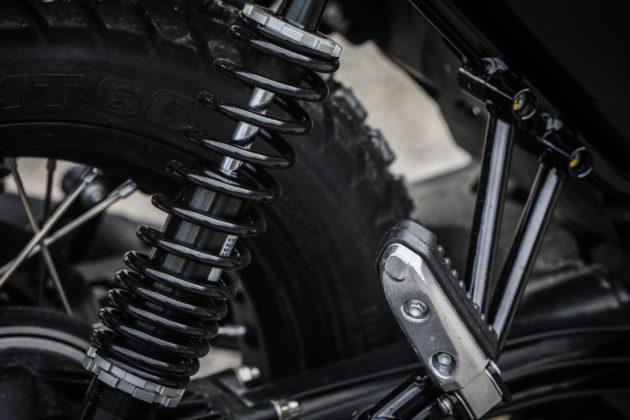 Guzzi V7III Rough dettaglio ammortizzatore posteriore