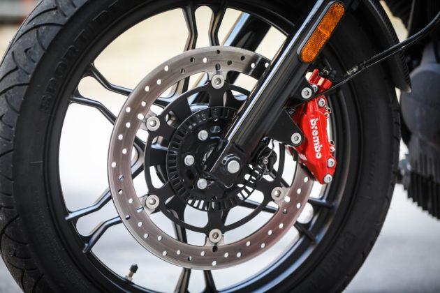 Guzzi V7III Carbon dettaglio ruota anteriore pinza e disco anteriore