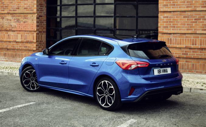 Nuova Ford Focus blu laterale statica in città