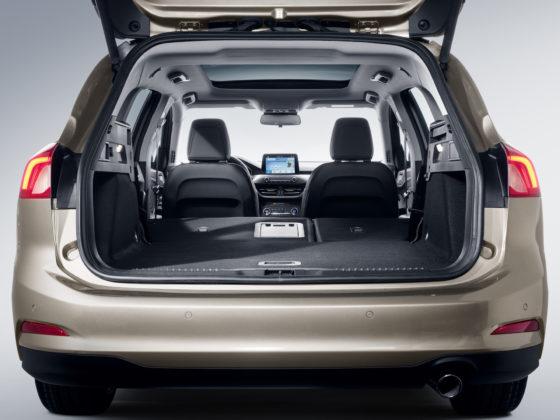 Nuova Ford Focus dettaglio bagagliaio aperto con sedili abbassati