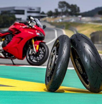 Foto dei pneumatici Pirelli Diablo Rosso Corsa II su un cordolo in pista, sullo sfondo la moto sportiva Ducati Panigale