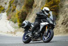 Yamaha Tracer 900 GT 2018 3/4 laterale anteriore destra in movimento su strada di montagna in curva