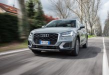 Audi Q2 3/4 laterale anteriore sinistra in movimento