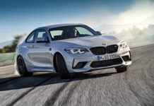 BMW M2 Competition frontale in curva grigia in pista derapata