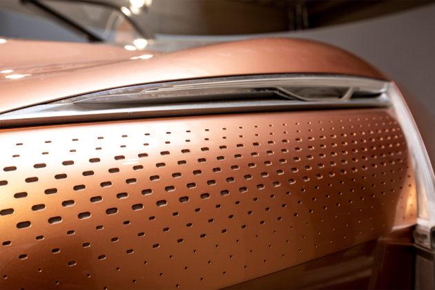 Renault Symbioz nuovo design dettaglio faro anteriore sinistro in esposizione Salone del mobile di MIlano