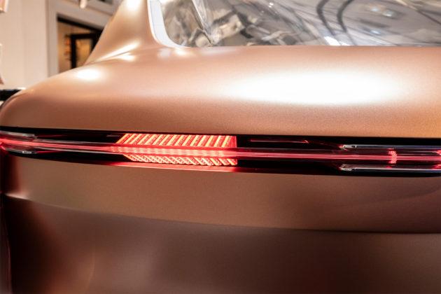 Renault Symbioz nuovo design dettaglio faro posteriore sinistro in esposizione Salone del mobile di MIlano