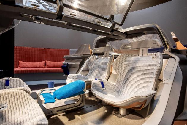 Renault Symbioz nuovo design dettaglio sedili posteriori in esposizione Salone del mobile di MIlano