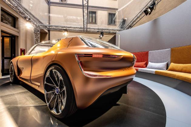 Renault Symbioz nuovo design 3/4 laterale posteriore sinistra in esposizione Salone del mobile di MIlano