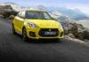 Suzuki Swift Sport 2018 3/4 laterale anteriore destro in movimento su strada gialla in montagna