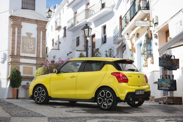 Suzuki Swift Sport 2018 laterale in città statica gialla