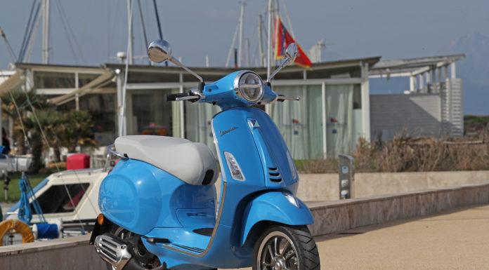 Vespa statica al porto azzurra