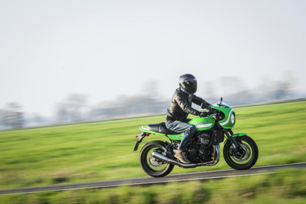 Kawasaki Z900 RS laterale in strada in movimento