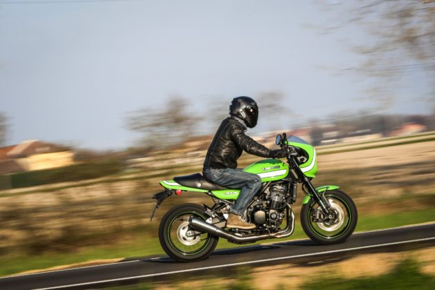 Kawasaki Z900 RS laterale su strada in movimento