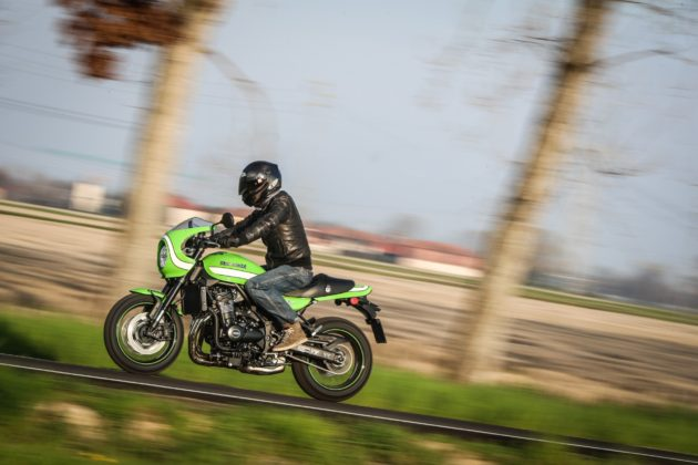 Kawasaki Z900 RS laterale in movimento su strada