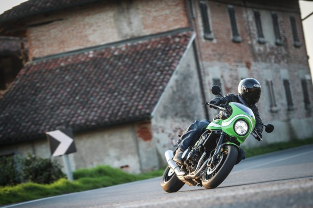 Kawasaki Z900 RS frontale in curva in movimento