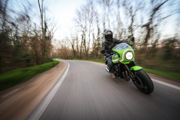 Kawasaki Z900 RS frontale su strada in curva