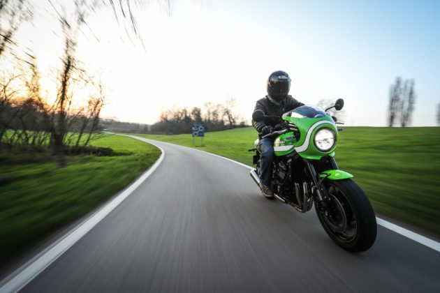 Kawasaki Z900 RS 3/4 laterale anteriore destra in movimento su strada