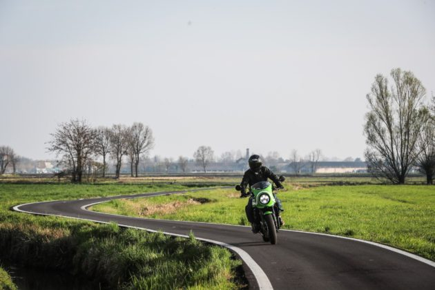 Kawasaki Z900 RS frontale in movimento