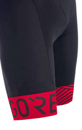 GORE® C5 Optiline Bib Shorts+ blu scuro e rosso dettaglio gambe