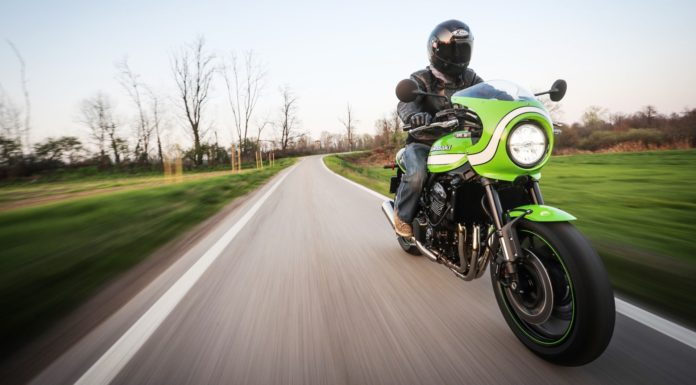 Kawasaki Z900 RS ape 3/4 laterale anteriore destra in movimento su strada
