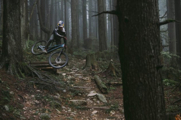 Specialized Stumpjumper 2018 nel bosco in movimento salto