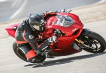 Ducati Panigale V4 laterale in curva in movimento in pista