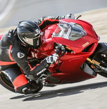 Ducati Panigale V4 laterale in curva in movimento in pista