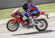 Honda CBR1000RR Fireblade SP laterale in movimento in pista impennata