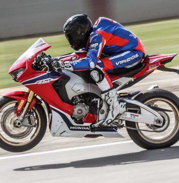Honda CBR1000RR Fireblade SP laterale in movimento in pista impennata