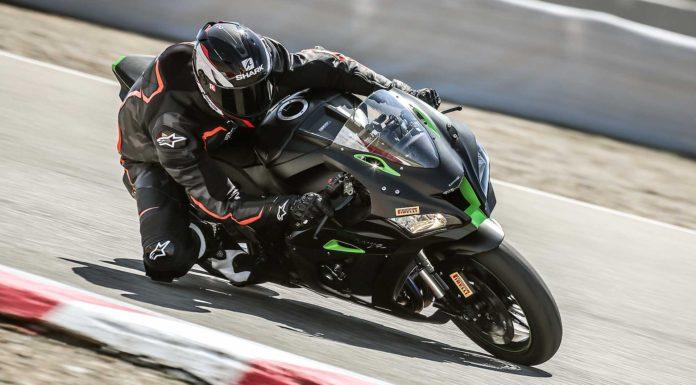 Kawasaki Ninja ZX10R SE 3/4 laterale anteriore destra in curva in pista in movimento