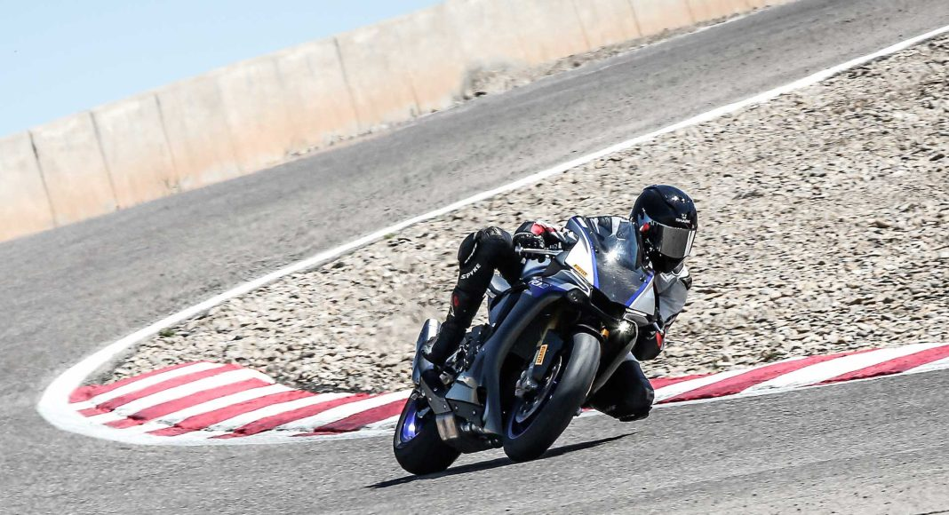 Yamaha R1M 3/4 laterale anteriore destra in movimento in curva