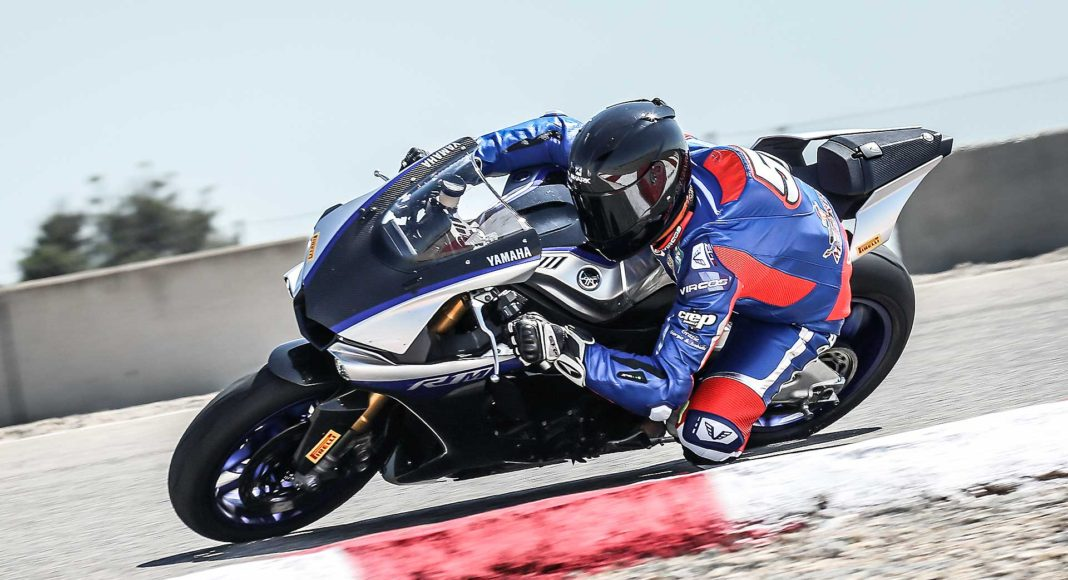 Yamaha R1M laterale in curva in movimento