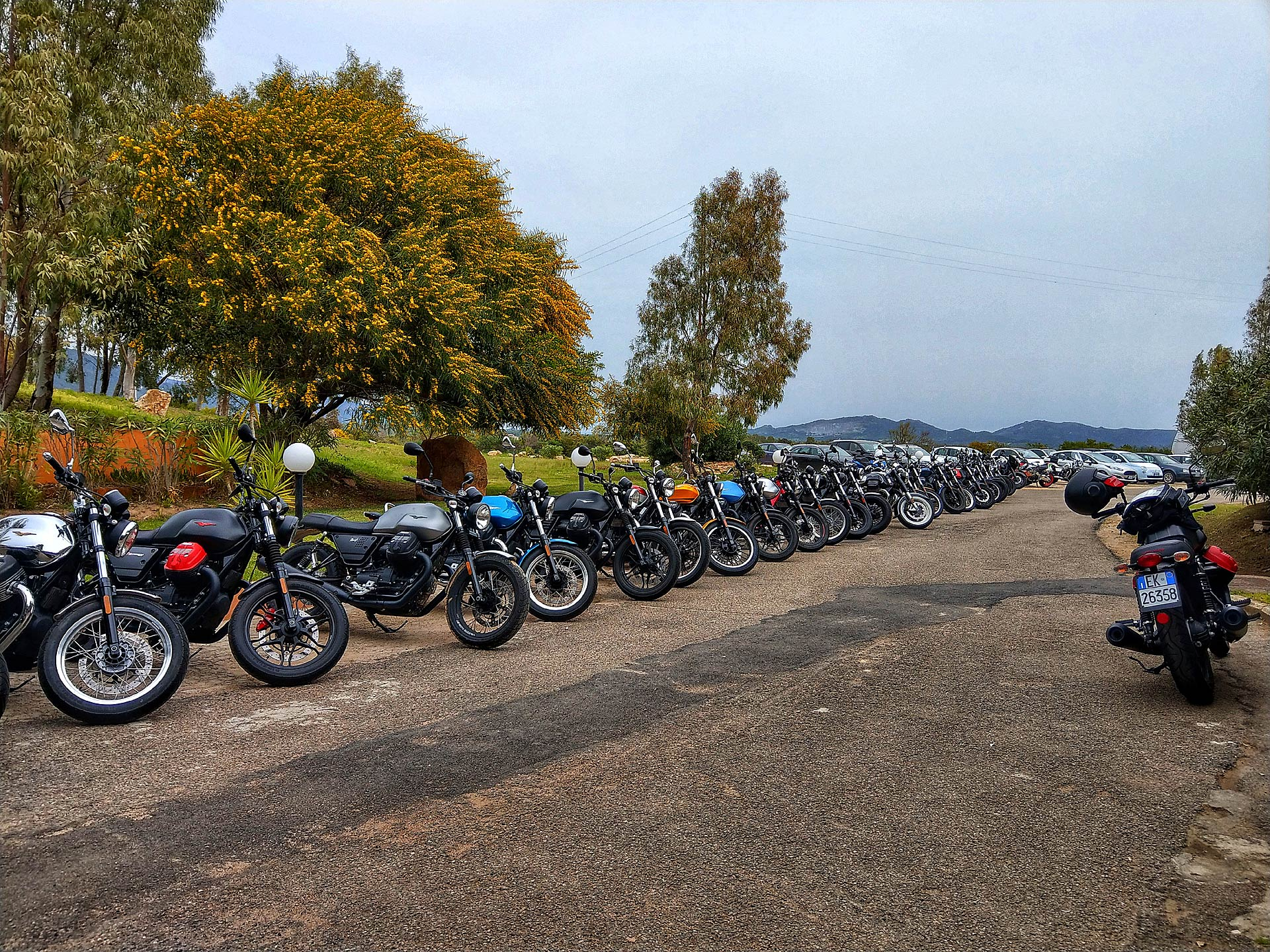 L'intera gamma di Moto Guzzi ci aspetta parcheggiata di fronte all'ingresso dell'Is Molas Resort
